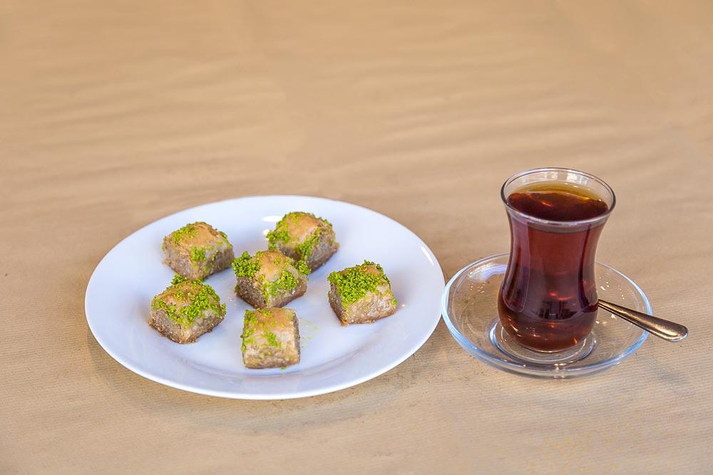 Bermuda Doener Nachtisch Baklava (Cay) und türkischer (Schwarz-) Tee
